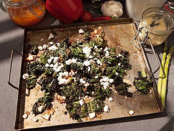 Grillad svartkål med vitlök, fetaost och chiliflakes