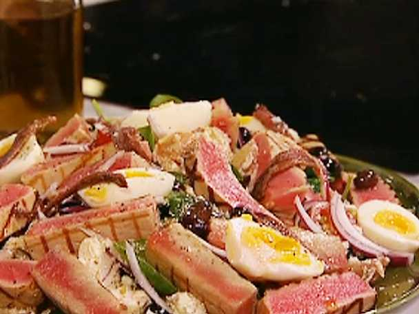 Grillad tonfisk med chévre, basilika, sardeller, kapris och oliver