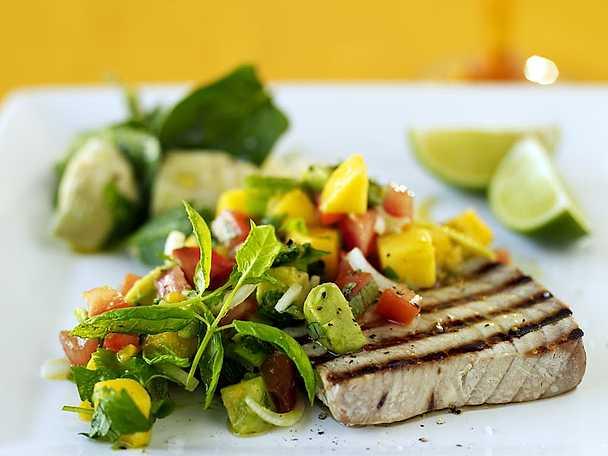 Grillad tonfisk med frukt- och avokadosalsa