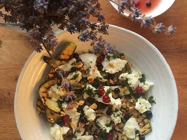 Grillad zucchini med buffelmozzarella, honungspicklade svarta vinbär och lavendel