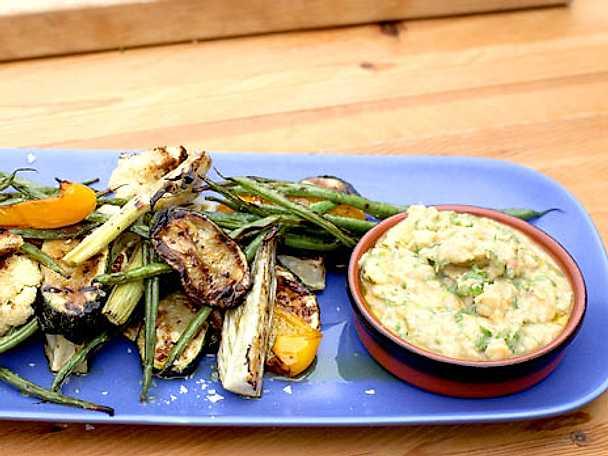 Grillade grönsaker med vit böncreme