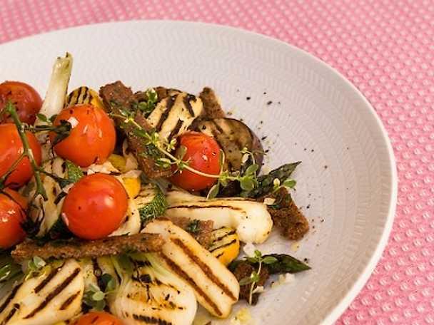 Grillade grönsaker och halloumi med rostat örtknäcke