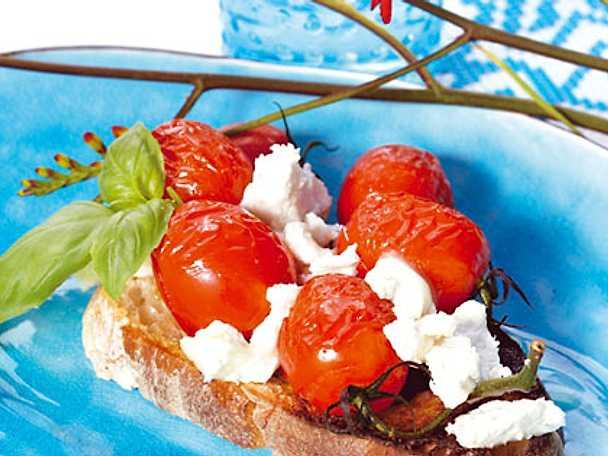 Grillade körsbärstomater med örtolja och babymozzarella
