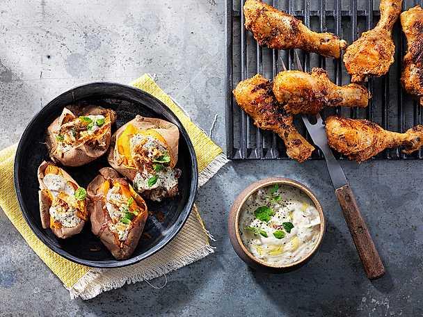 Grillade kycklingben med bakad sötpotatis och krämig chimichurri