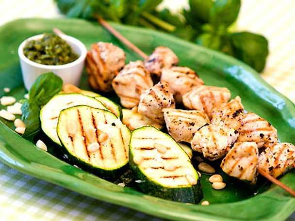 Grillade kycklingspett med grillad zucchini