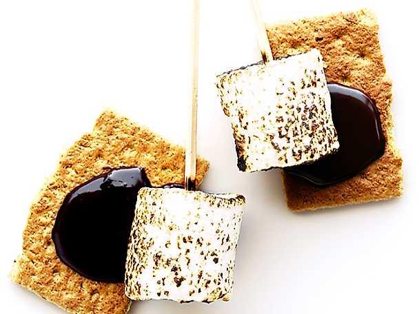 Grillade marshmallows med kex och chokladsås