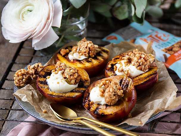 Grillade nektariner med vaniljkräm och granola bites