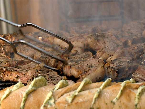 Grillade ört- och vitlöksmarinerade lammkotletter