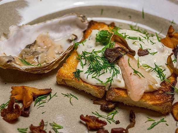 Grillade ostron och rökt abborrtoast med stekta kantareller