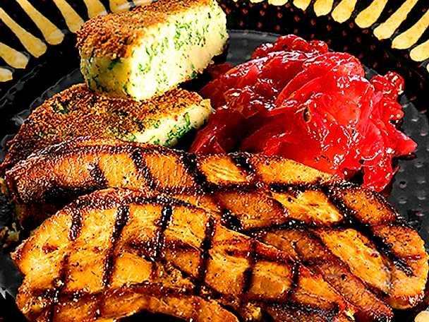 Grillat färskt sidfläsk med potatispuff och rödlöksmarmelad