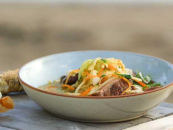 Grillat kalvkött med grönsaksnudlar