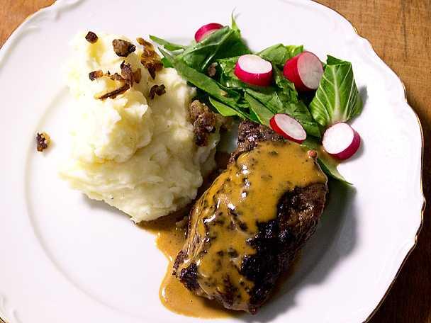 Grillat kött från gården med pepparsås och stompad potatis
