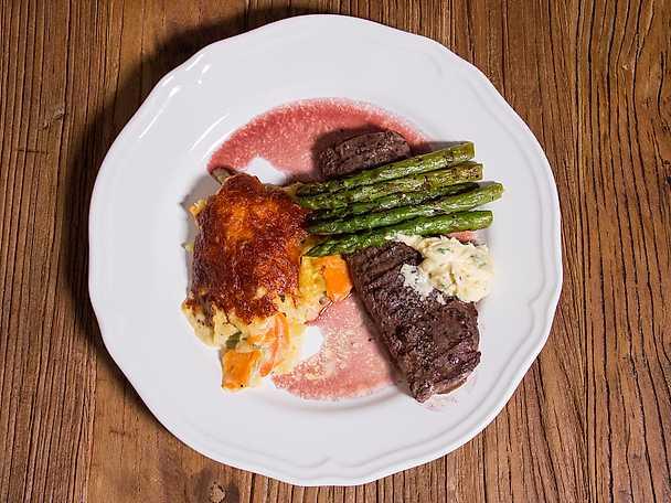 Grillat lamm med rotfruktsgratäng och rödvinssky