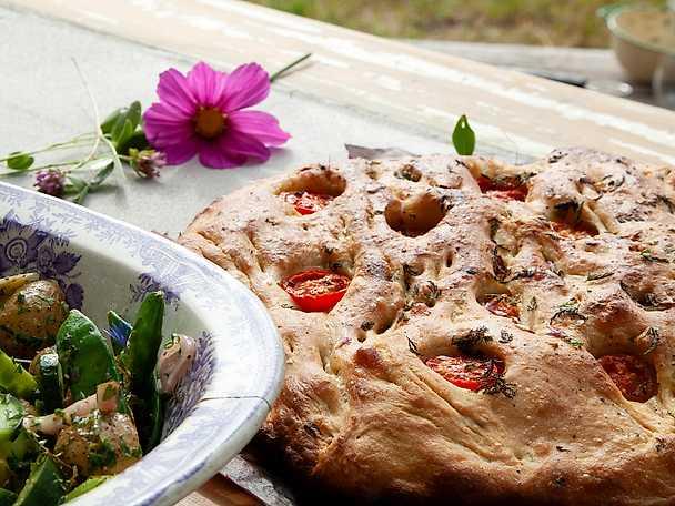 Grillat sommarbröd med vilda örter och tomat