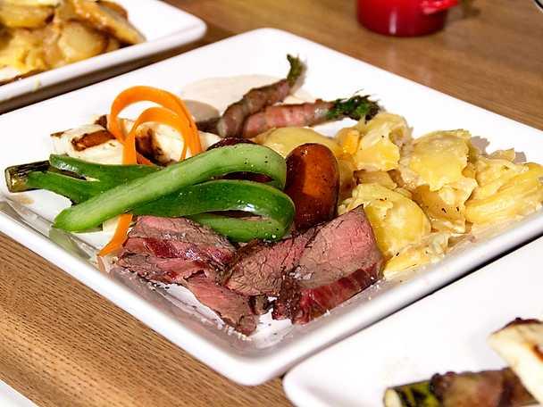Grillbricka med potatisgratäng och het sås