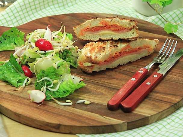Grilled kimchi cheese toast med krispig sesamsallad