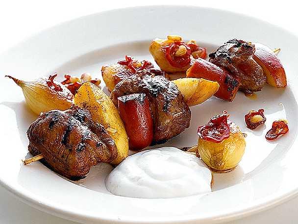 Grillspett med lamm och äpple, ingefärslök och kall sås