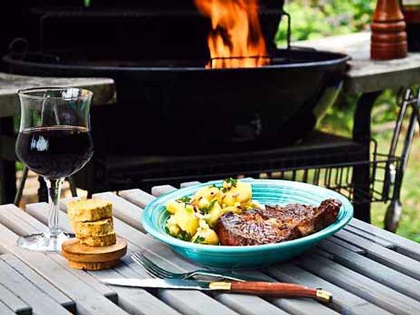 Grillstek med kryddsmör och potatissallad