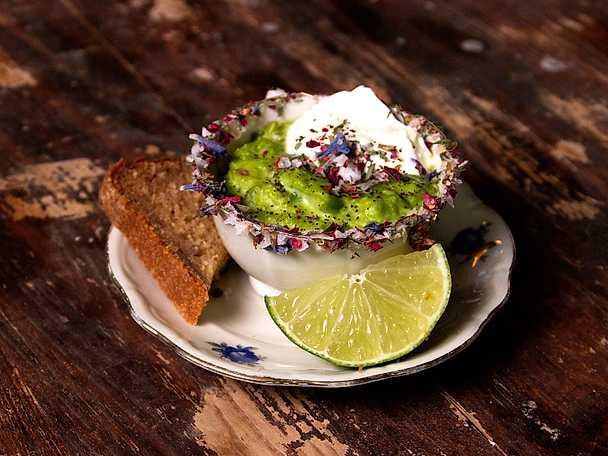 Grön ärtsoppa garnerad med kaffebönor