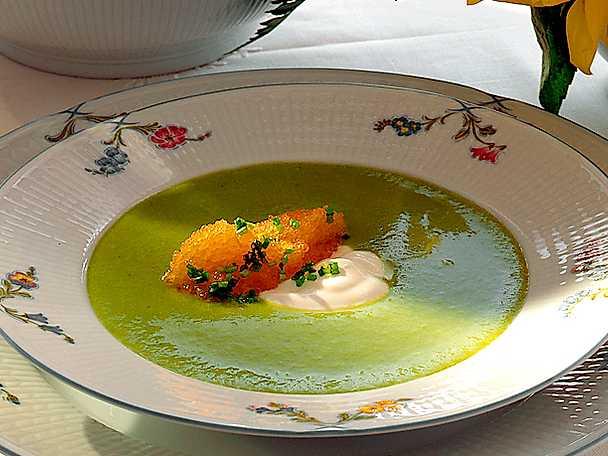 Grön ärtsoppa med löjrom och crème fraiche