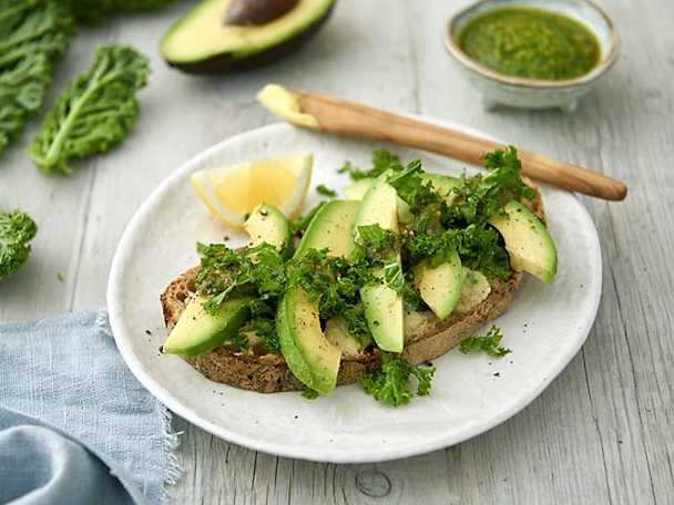 Grön avokadomacka med pesto och grönkål