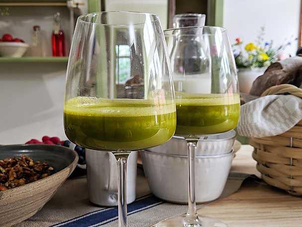 Grön energismoothie med äpple, lime och strandkål