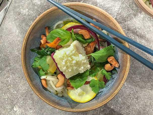 Grön kokoscurry med friterad tofu, udonnudlar och cashewnötter