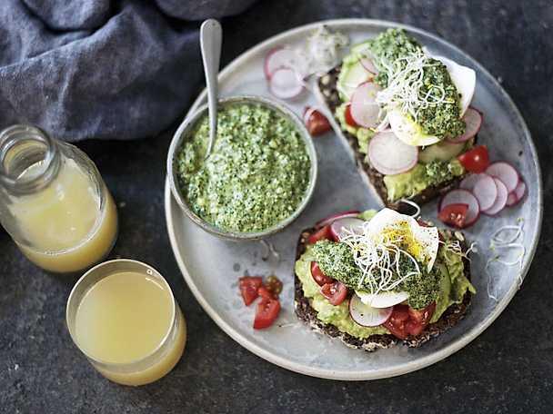 Grön lyxmacka med avokado och ägg