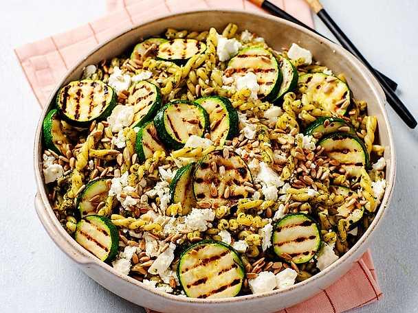 Grön pastasallad med grillad zucchini och örtpesto