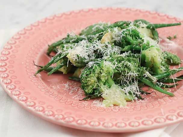 Grön sallad med broccoli, avokado, bönor och parmesandresing