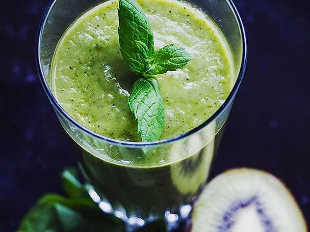 Grön smoothie med mynta och ananas