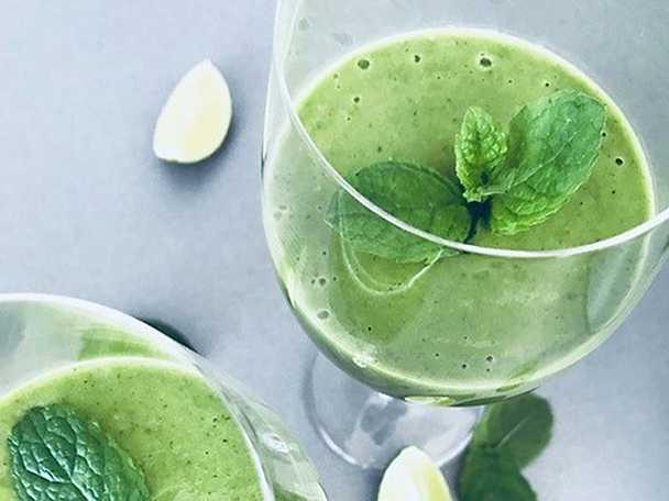 Grön smoothie med mynta och lime