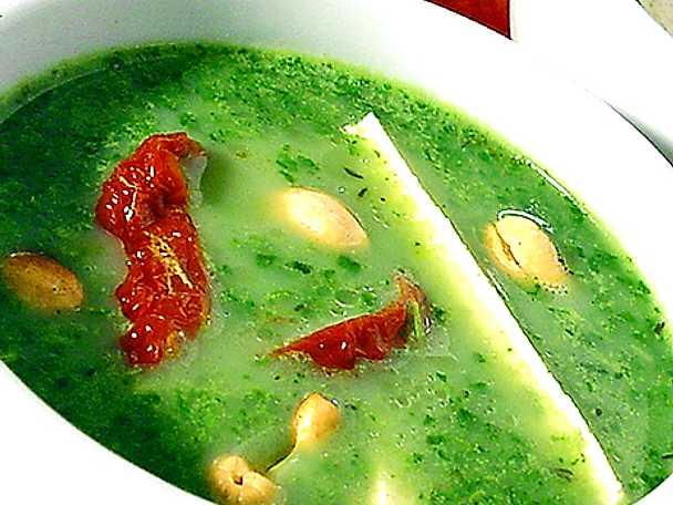 Grön soppa med tofu, nötter och soltorkad tomat