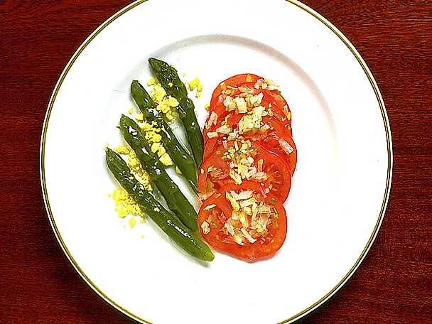 Grön sparris med tomatsallad