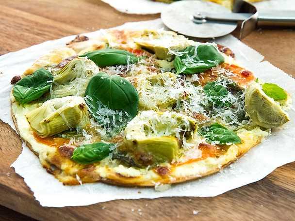 Grön tortillapizza med kronärtskocka och pecorino