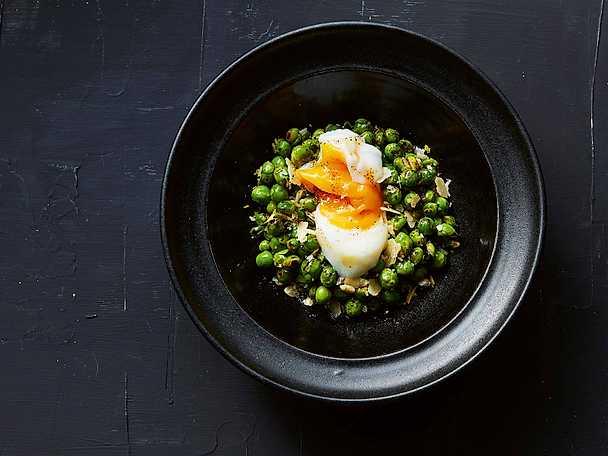 Gröna ärtor med ägg, parmesan och brynt smör