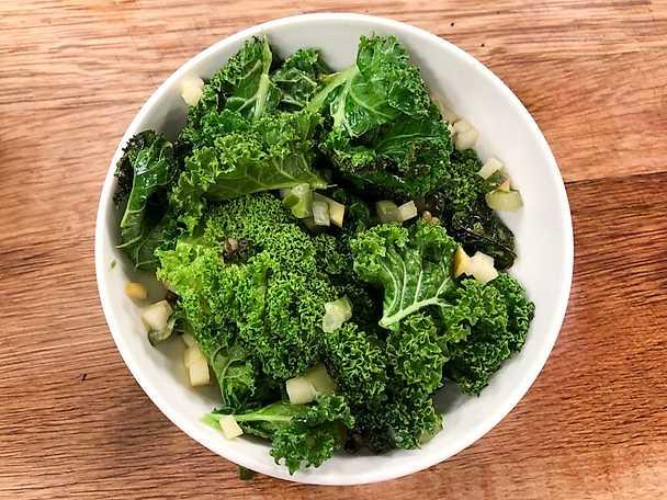 Grönkål med saltgurka och grönpeppar