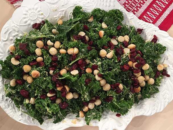 Grönkålssallad med parmesandressning och tranbär
