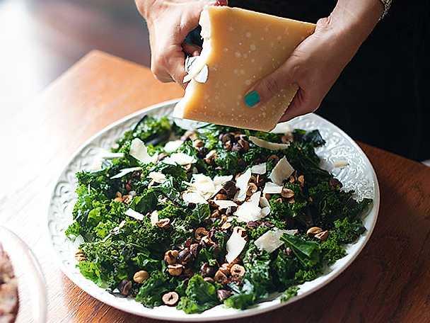 Grönkålssallad med rostade hasselnötter och parmesan