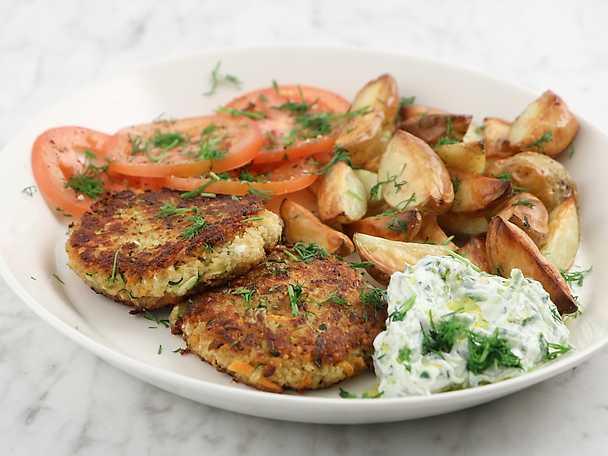 Grönsaksbiffar med tzatziki och rostad potatis
