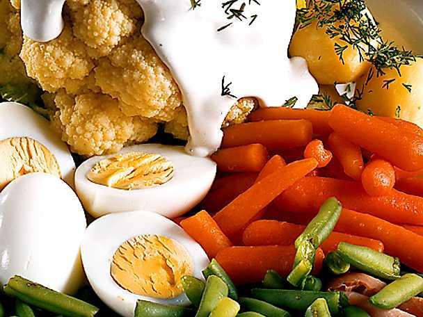 Grönsaksfat med ägg och skinka