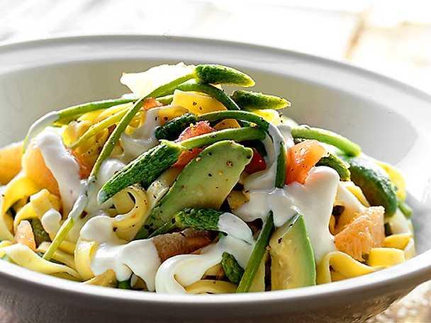 Grönsakspasta med yoghurtdressing
