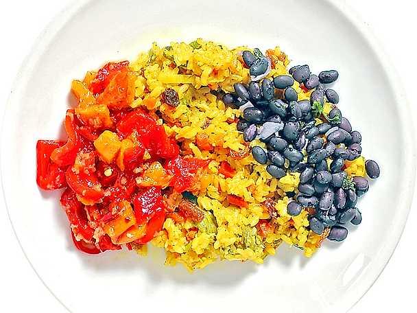 Grönsakspilaff med marinerad paprika och svarta bönor