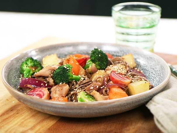 Grönsakswok med kyckling och bovetenudlar
