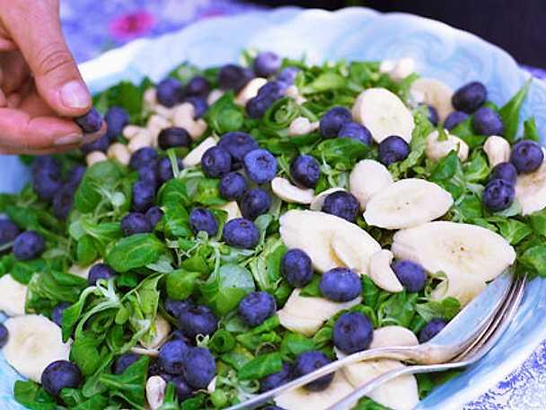 Grönsallad med blåbär, banan och curry