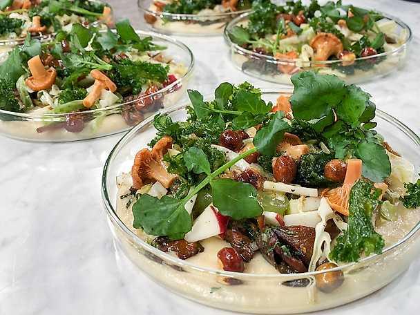 """Gulärts-""""polenta"""" med svecia, kantareller och tryffel"""