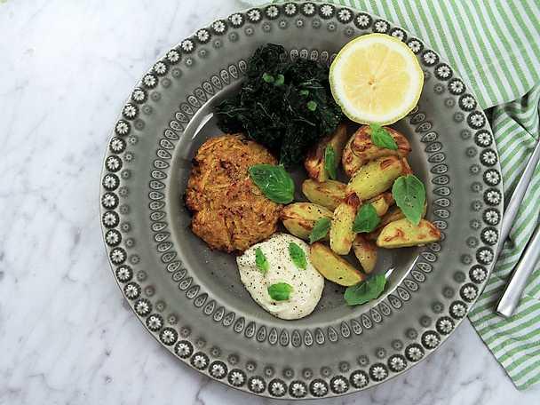 Gulbetsbiffar med potatisklyftor, parmesanaioli och stekt grönkål