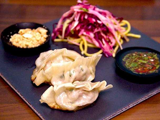 Gyoza med kål- och päronsallad