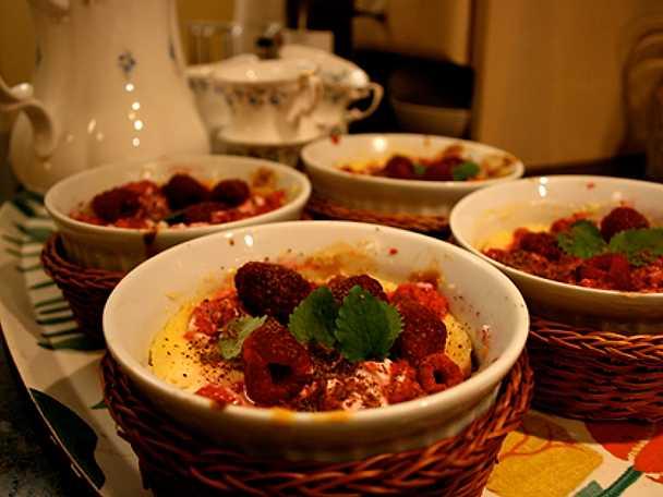 Halloncheesecake med pepparkaksbotten och riven mörk choklad