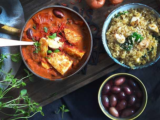 Halloumigryta med oliver och plommontomater